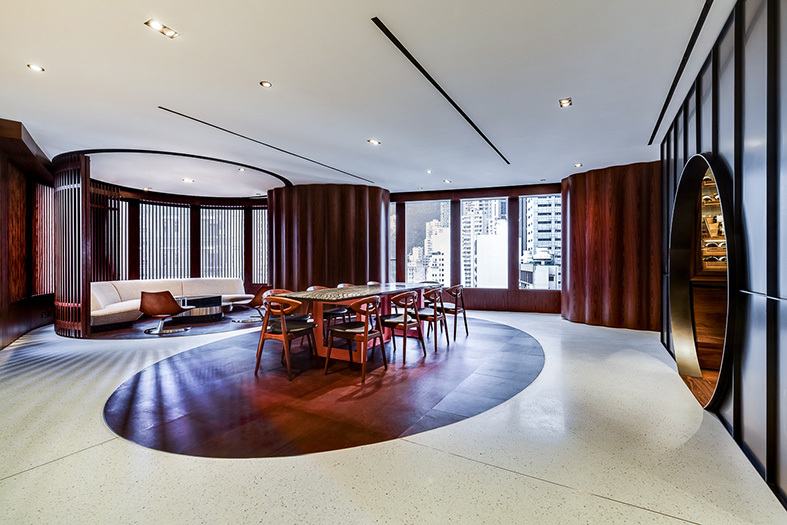 The oval profile of the plan is recurrent in the floor finishes and defines pockets of activity within an otherwise open space.